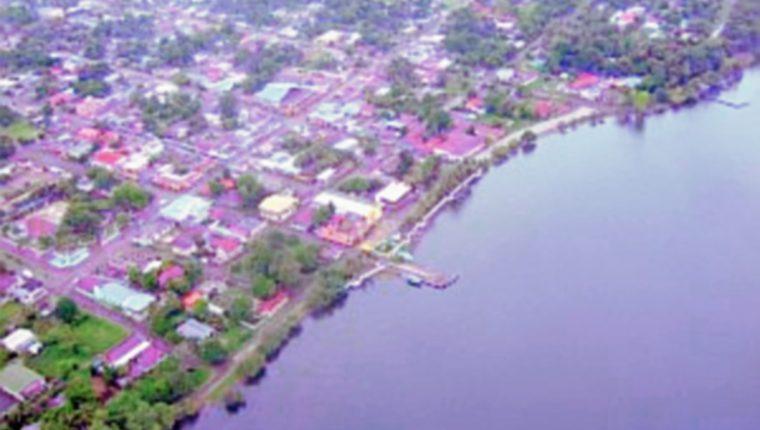 Vista aérea  de El Estor, Izabal, de donde era originario el agente César Saúl Leiva Morataya, hermano del alcalde Sóstenes Leiva. (Foto Prensa Libre: Internet)