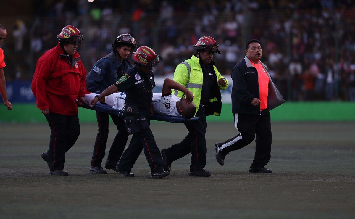 El mediocampista tico Manfred Russell sufrió una lesión en su rodilla derecha en el juego contra Antigua GFC y será baja por dos semanas con los albos. No estará en el Clásico 301 (Foto Prensa Libre: Francisco Sánchez)
