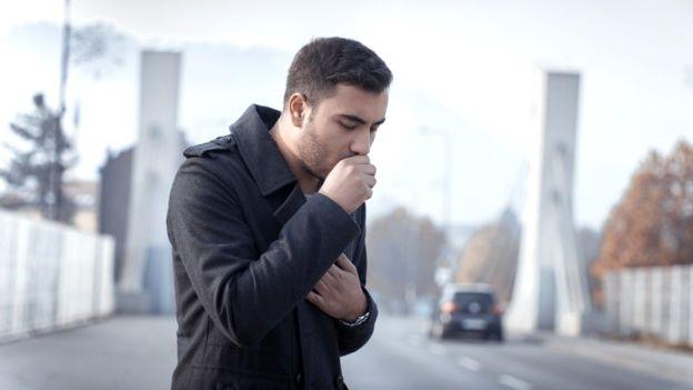 Los fumadores no suelen alertarse por tener tos continuada, según Fundepoc. GETTY IMAGES