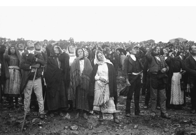 """Las crónicas periodísticas estimaron que 70 mil personas se encontraban en el llano de Fátima y presenciaron como """"bailó el Sol"""", considerado el milagro de la Virgen. (Foto: Internet)."""