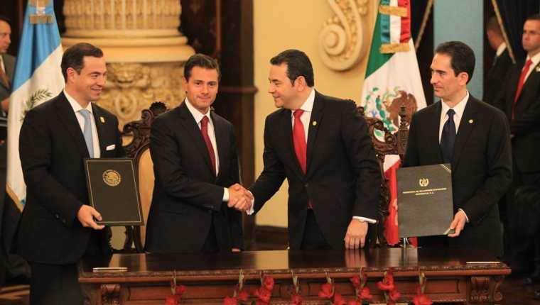 Presidentes de México, Enrique Peña Nieto y Jimmy Morales de Guatemala junto a autoridades del Ministerio de Economía y de la Secretaría de Economía mexicana suscribieron varios acuerdos. (Foto Prensa Libre: Esbin García)