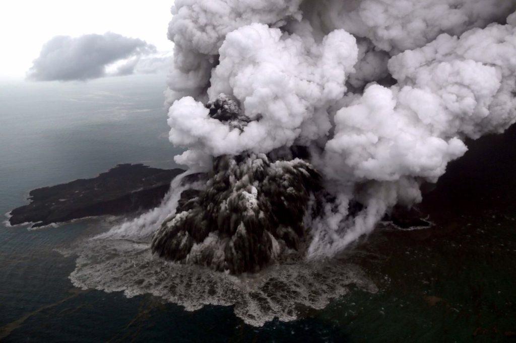 El volcán Krakatoa de Anak en plena erupción en el estrecho de Sunda, Sumatra, Indonesia.