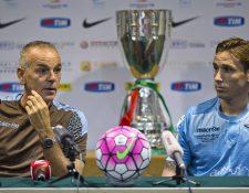 El técnico de la Lazio, Stefano Pioli y el capital Lucas Biglia hablan acerca de la final de la Súper Copa Italiana. (Foto Prensa Libre: AFP)