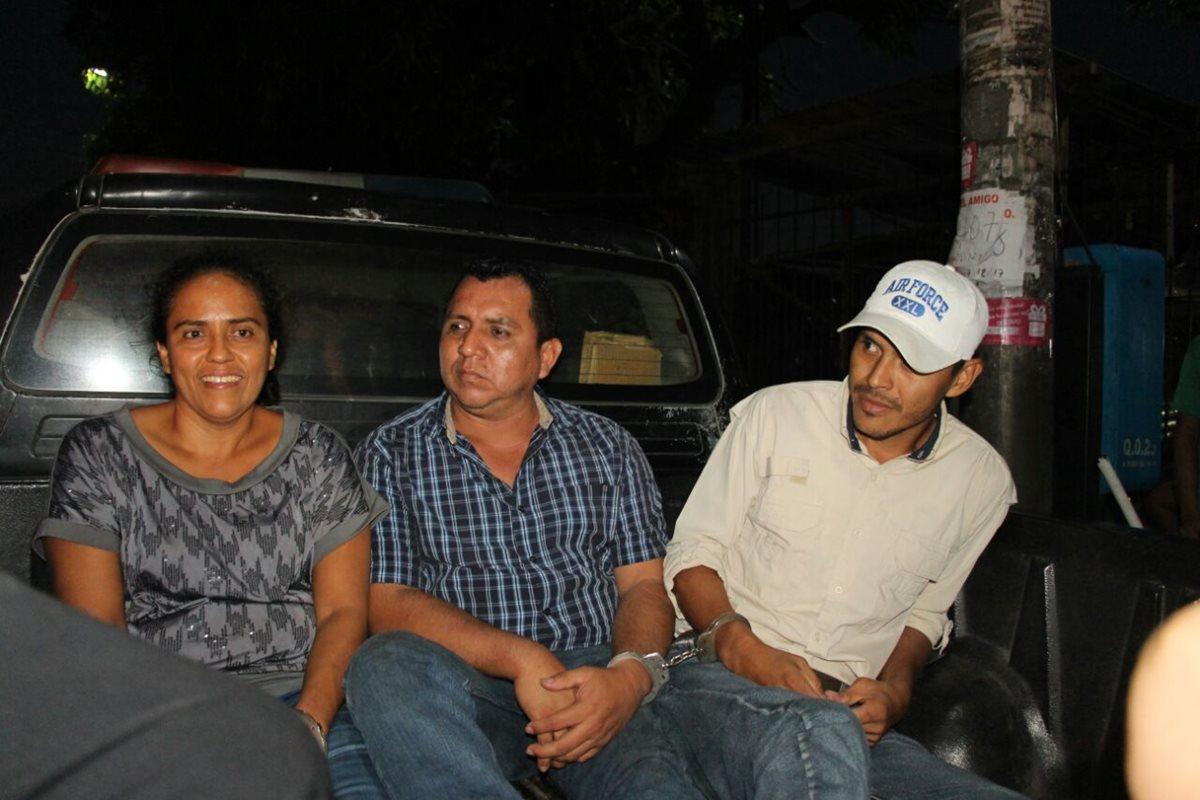 Tras una persecución policial, tres presuntos secuestradores fueron detenidos. (Foto Prensa Libre: PNC)