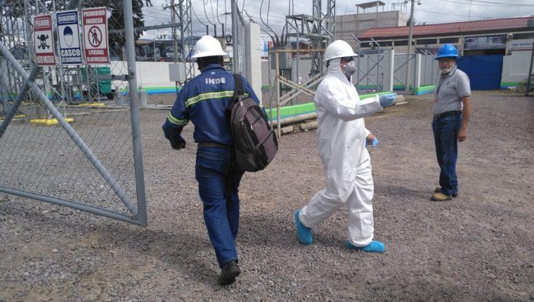 Los trabajos para restablecer el servicio de energía eléctrica fueron ininterrumpidos en tres días en la subestación del INDE. (Foto Prensa Libre: Fred Rivera)