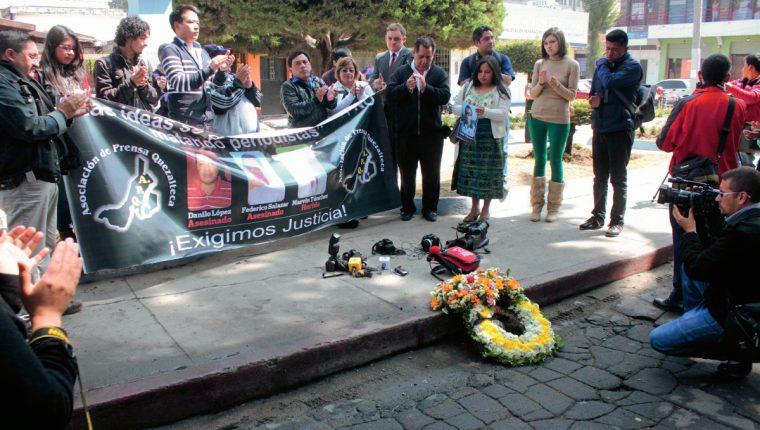 Periodistas de Quetzaltenango llevaron una manta con la foto de los comunicadores atacados a balazos. (Foto Prensa Libre: Carlos Ventura)