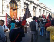Sindicalistas exigen frente al Congreso un aumento en el presupuesto para la Salud. (Foto Prensa Libre: Paulo Raquec)