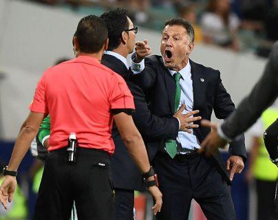 El técnico de la selección de México, Juan Carlos Osorio hizo un reclamo fuerte al árbitro asitente. (Foto Prensa Libre: AFP)