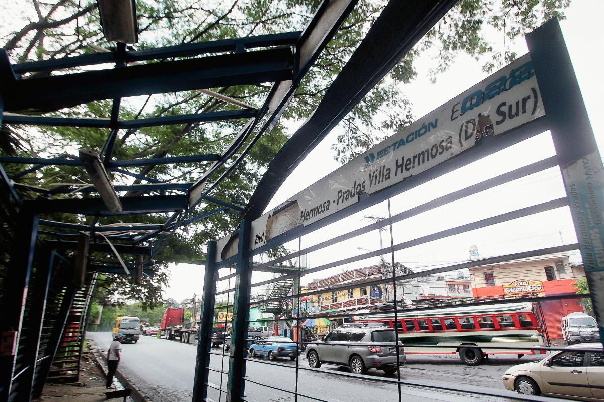 Estación 22, ubicada en el bulevard Villa Hermosa, tiene daños que no han sido reparados y representa pelígro para los usuarios. (Foto Prensa Libre: Álvaro Interiano)