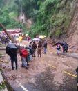 La lluvia de los últimos días provocó un derrumbe en Boca del Monte que interrumpió el paso vehicular. (Foto Prensa Libre: Hemeroteca PL)
