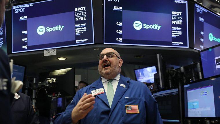 Operadores de la Bolsa de Valores de Nueva York en el momento en que el servicio de transmisión de música Spotify comienza a cotizar acciones en la Bolsa de Nueva York. (Foto Prensa Libre: AFP)