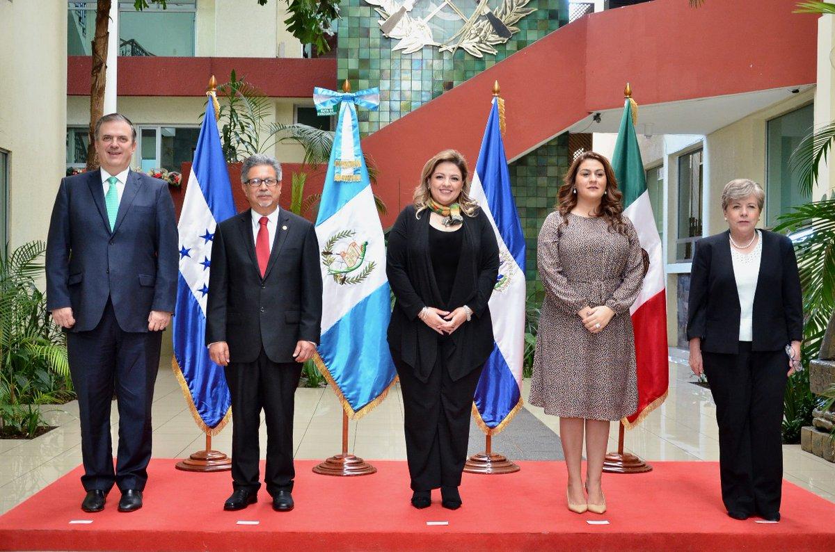 La ministra del Exterior, Sandra Jovel (centro) junto a funcionarios de países del triángulo norte y delegado de López Obrador, Marcelo Ebrard (primero a la izquierda). (Foto: Minex)