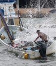 Un hombre intenta controlar un barco durante la tormenta tropical Carlos en Acapulco, estado de Guerrero, México. (Foto Prensa Libre:AFP).