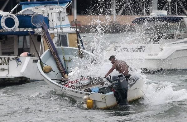 Tormenta tropical Carlos azota Acapulco con olas y vientos