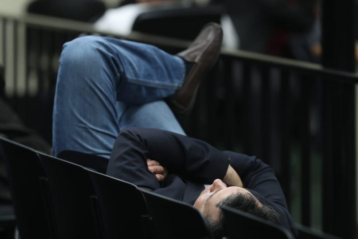 Algunos de los sindicados optaron por dormir y tratar de descansar antes de la sentencia.