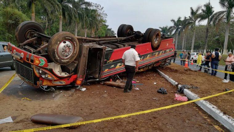 Bus quedó destruido a causa del impacto. (Foto Prensa Libre: Enrique Paredes).