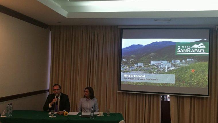 Andrés Dávila, gerente de comunicación y Gabriela Roca, directora de asuntos corporativos de Mina San Rafael informaron sobre la situación actual de la compañía. (Foto Prensa Libre: Rosa María Bolaños)