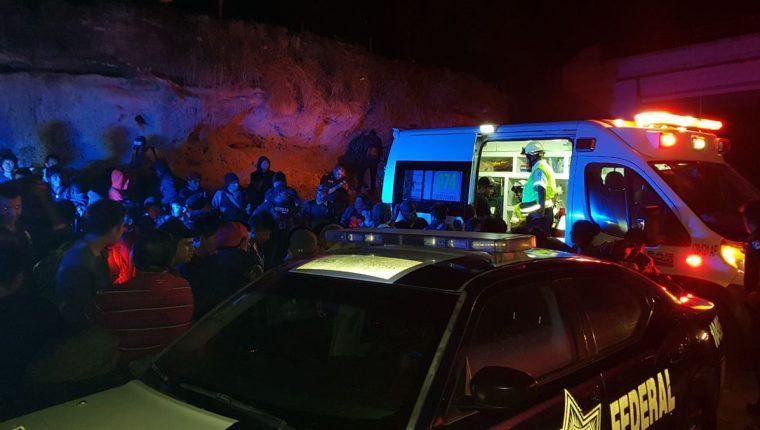 Agentes de la Policía Federal (PF) de México trabajan donde interceptaron a 101 migrantes indocumentados guatemaltecos. (Foto Prensa Libre: EFE)