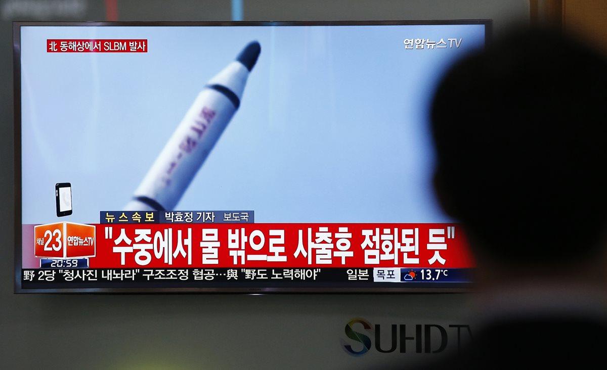 La televisión surcoreana difunde noticia sobre ensayo balístico de Corea del Norte. (Prensa Libre: AFP)