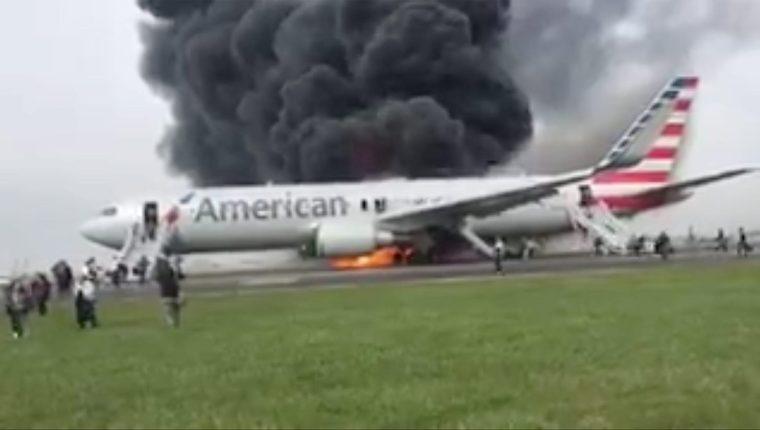El avión de American Airlines se incendia en la pista del aeropuerto O'Hare, Miami. (Foto Prensa Libre: EFE).