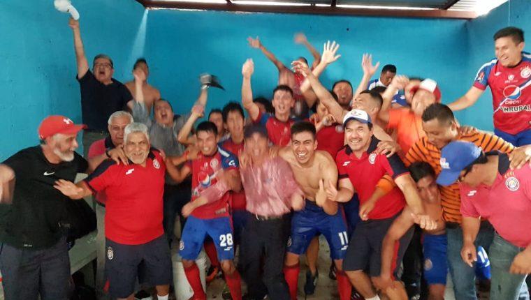 Xelajú festejó con todo el pase a la gran final del Clausura 2018 y luchará por su sexto trofeo en el futbol nacional. (Foto Prensa Libre: Xelajú MC)