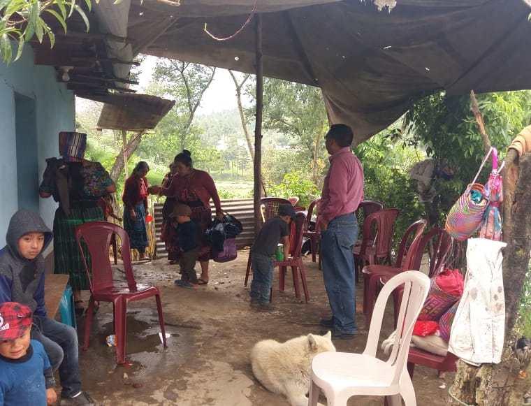 Familia y amigos esperan el cadáver de Marvin García Cabrera en la aldea Agua Tibia, San Juan Ostuncalco, Quetzaltenango. (Foto Prensa Libre: Cortesía de Moisés Cottom)