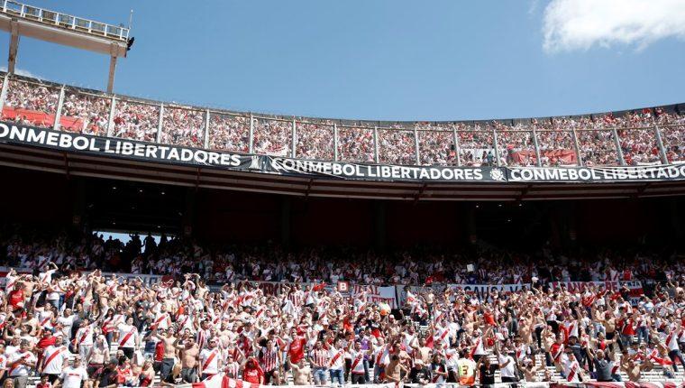 La afición de River Plate en el estadio Monumental. (Foto Prensa Libre: EFE)