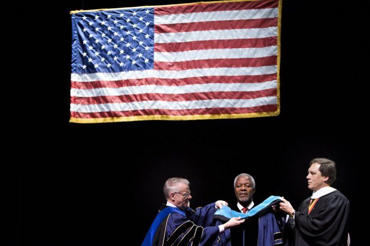 El 6 de mayo del 2006, Annan fue condecorado por la Universidad George Washington, con un doctorado por sus servicios públicos.