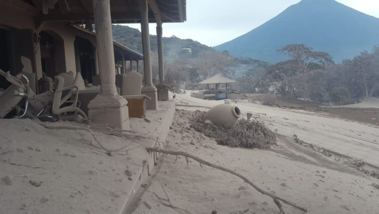 La erupción del Volcán de Fuego dañó la casa club y las áreas comunes, como piscina y el restaurante del Reunión Golf Resort & Residences. (Foto Prensa Libre: Cortesía)