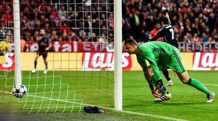 Manuel Neuer no puede evitar un gol del Real Madrid.