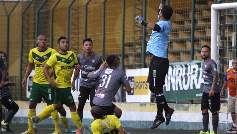 Carchá cayó 1-0 contra Deportivo Petapa en el juego de la fecha 18 que se disputó en el estadio Julio Armando Cóbar. (Foto Prensa Libre: Jesús Cuque).