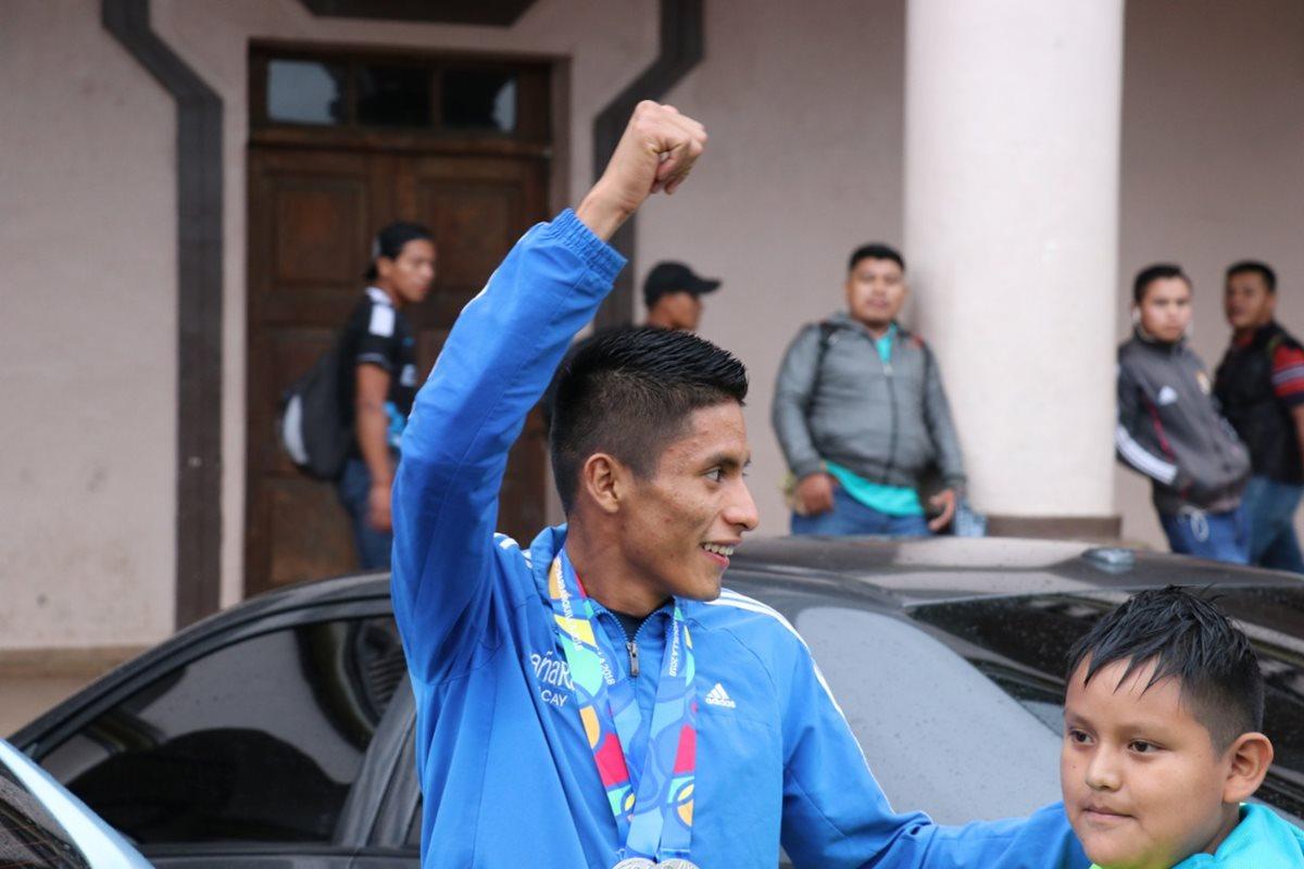 Pacay fue recbido por pobladores de Cobán y sus familiares tras su excelente participación en Barranquilla 2018. (Foto Prensa Libre: Eduardo Sam Chun)