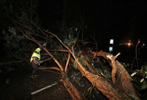 Lluvia provoca daños en la zona 16. (Foto Prensa Libre: Paulo Raqueq)