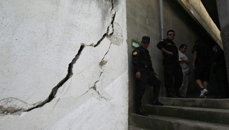 Al menos 100 casas están en peligro en un asentamiento de la zona 6 capitalina. (Foto Prensa Libre: Edwin Bercián)