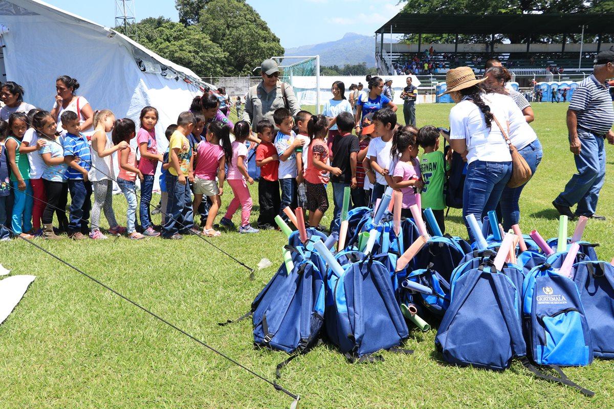 En su regreso a clases, los estudiantes de Escuintla y Alotenango recibieron mochilas y útiles escolares. (Foto Prensa Libre: Enrique Paredes)