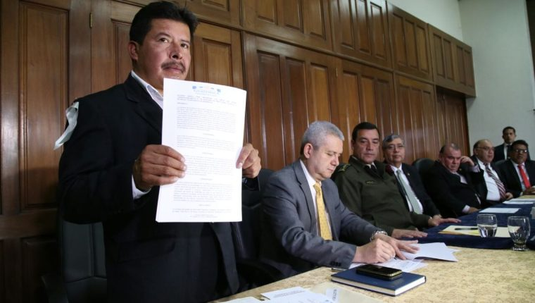 El alcalde de Ixchiguán, David López, levanta el acuerdo firmado junto a otras autoridades. (Foto Prensa Libre: Vicepresidencia)