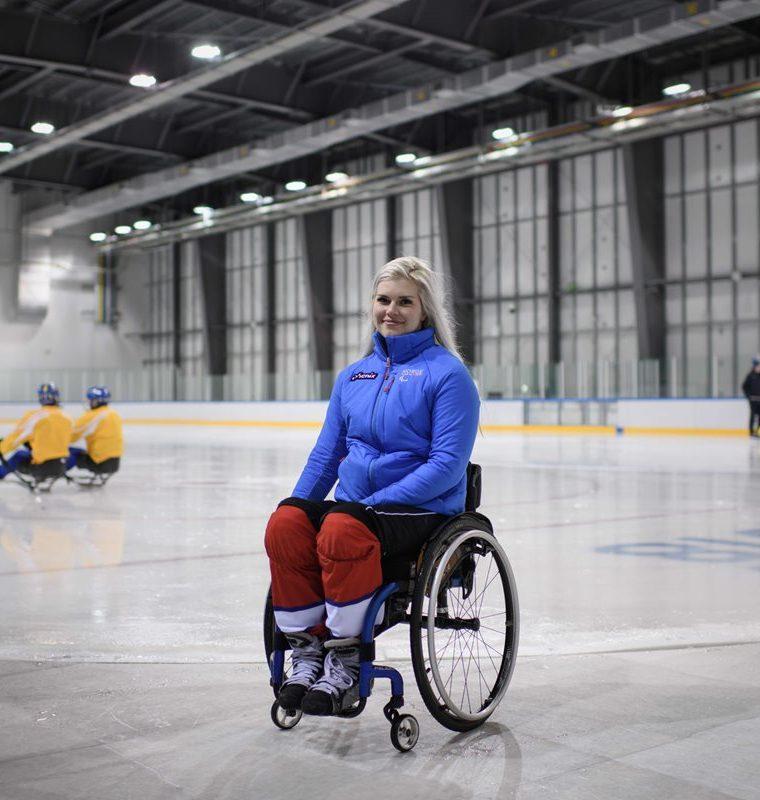 La jugadora paralímpica Lena Schroeder de Noruega, es la única jugadora de 135 hombres en el hockey sobre hielo en PyeongChang. (Foto Prensa Libre: AFP)