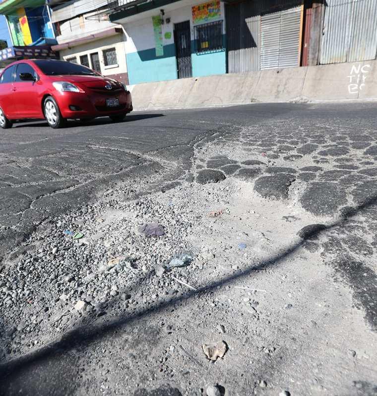 Enormes baches afectan a conductores que transitan en la 2a. avenida, entre 8a. y 9a. calle, colonia el Mezquital, zona 12 de Villa Nueva. (Foto Prensa Libre: Érick Ávila)