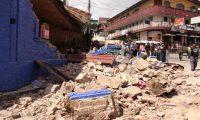 Habitantes de San Pedro, San Marcos, observan los destrozos que causó  el terremoto en una vivienda.