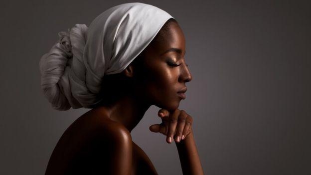 El glutatión inhibe la síntesis de melanina, el pigmento que determina el color de nuestra piel. PEOPLEIMAGES