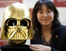 La máscara de Darth Vader bañada en oro se exhibe en la tienda Ginza Tanaka en Tokio, Japón. (Fot o Prensa Libre: EFE)