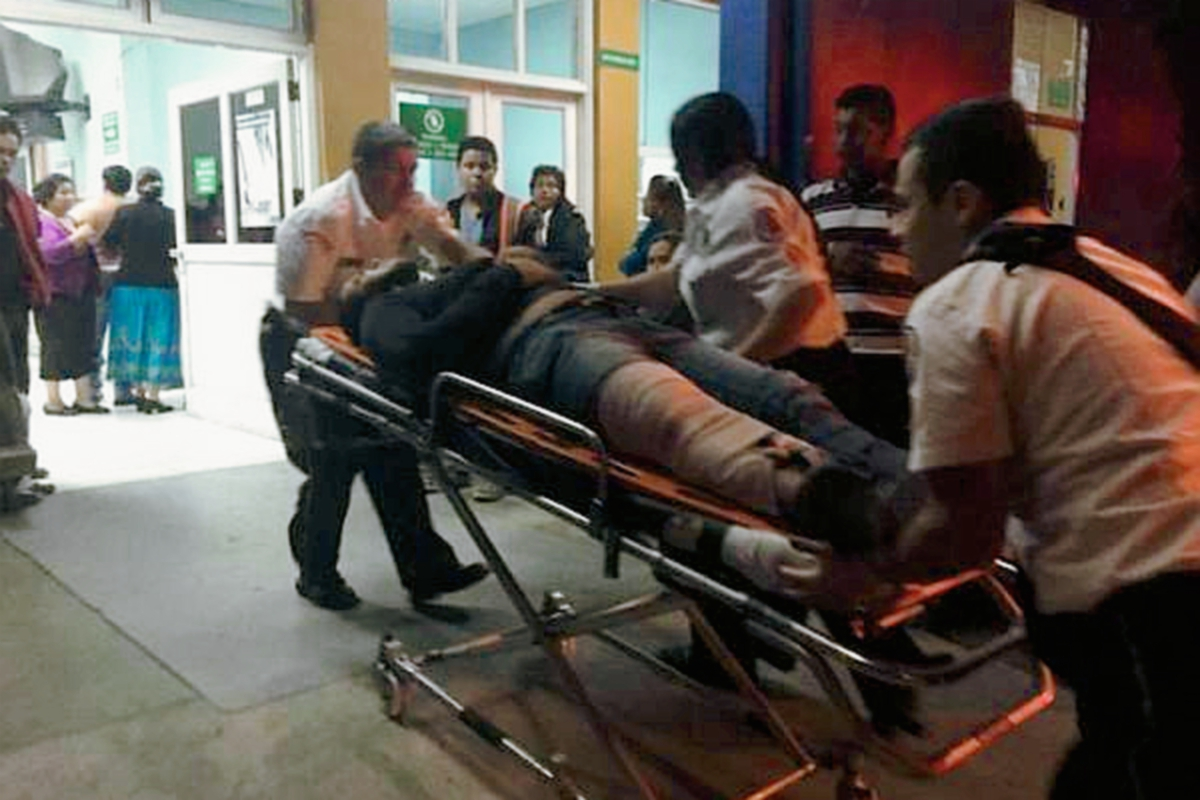 Cuerpos de socorro llevaron a las víctimas a la emergencia del hospital Roosevelt. (Foto Prensa Libre: Bomberos Voluntarios)