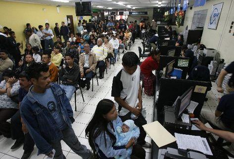El trámite del DPI ha consumido mucho tiempo a las personas que acuden a las diferentes sedes del Renap. (Foto Prensa Libre: Hemeroteca PL)