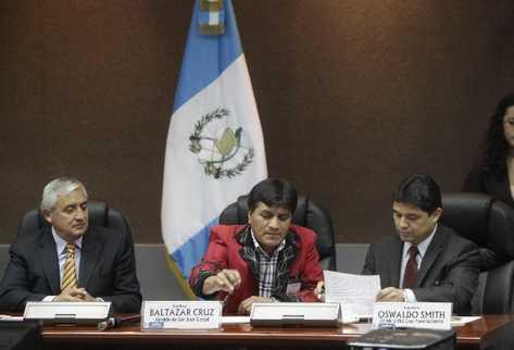 El  presidente Otto Pérez Molina, Baltazar Cruz, alcalde de San Juan Cotzal, y  y Oswaldo Smith, de Enel, firman   convenio.