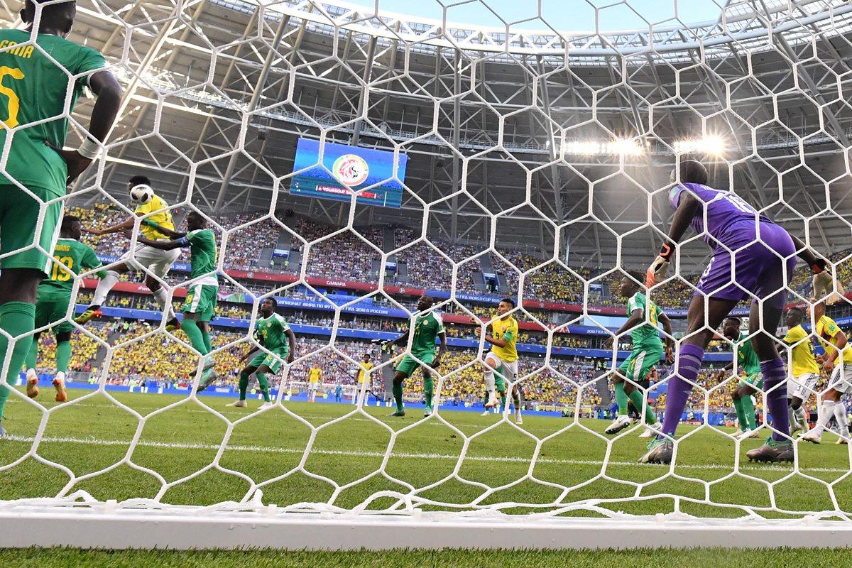 El arquero de Senegal no pudo hacer nada ante el certero cabezazo del defensor colombiano. (Foto Prensa Libre: AFP)