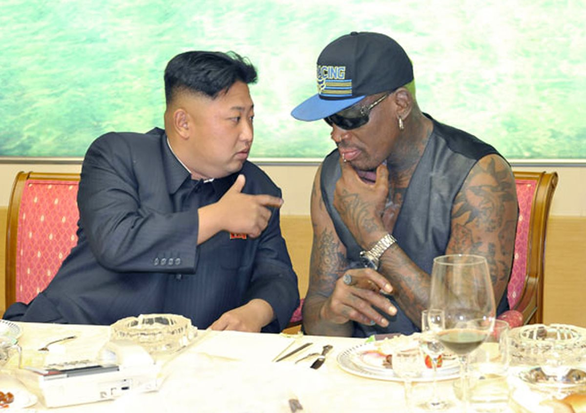 Dennis Rodman -derecha-, exjugador de la NBA, es considerado un hombre cercano a Kim y a Trump. (Foto Prensa Libre: AP)