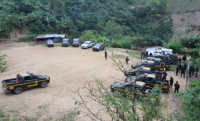La PNC utilizó varias unidades y vehículos de Fuerza Chortí para evitar que los pobladores se opusieran a los operativos.  (Foto Prensa Libre: Mario Morales)