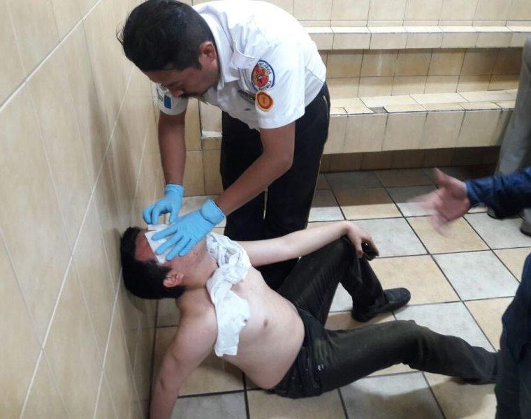 Un estudiante es atendido por un socorrista en el edificio S-2 de la Usac. (Foto Prensa Libre: Bomberos Voluntarios).
