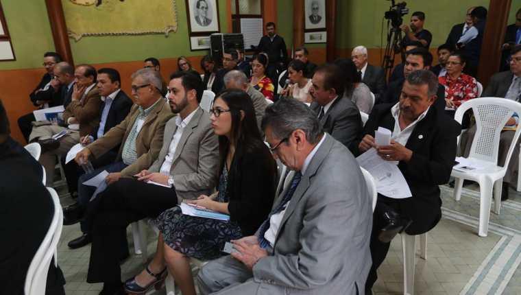Representantes de partidos políticos escuchan a los magistrados, durante la reunión en la sede del TSE. (Foto Prensa Libre: Óscar Rivas)