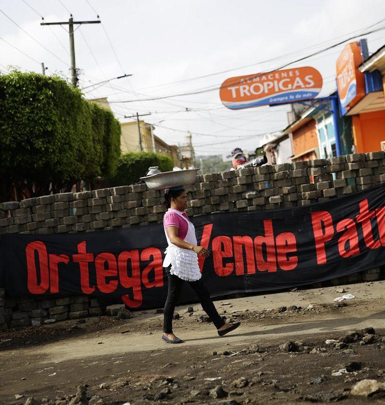 Una barricada se ecuentra en el barrio de Monimbó de la ciudad de Masaya, Nicaragua. (EFE).